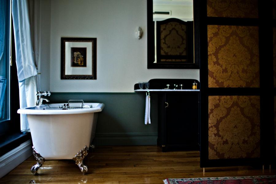 Camera da bagno all'interno del NoMad Hotel di New York con prodotti Côté Bastide Argan (Credit: Benoit Linero)