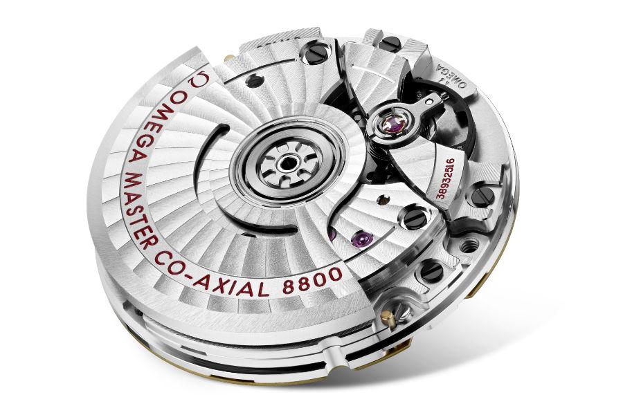 OMEGA – IL Calibro 8800 Master Chronometer realizzato nel 2016 e montato oggi nella nuova collezione dell'OMEGA SEAMASTER DIVER 300M. Il calibro ed l'orologio sono certificati dal METAS, l'Istituto Federale Svizzero di Metrologia. La certificazione viene approvata solo al termine di un periodo di 10 giorni durante il quale sono eseguiti 8 test specifici per verificare impermeabilità, precisione e resistenza ai campi magnetici di 15.000 Gauss, assicurando che ogni orologio superi di gran lunga gli standard del settore. Il calibro è visibile dal fondello del segnatempo in vetro zaffiro.