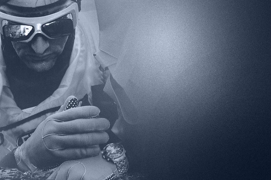 L'Omega Seamaster Professional Diver 300M si distingue fin dal suo lancio nell'eccellenza sportiva. Nel 1993 è al polso del francese Roland Specker che stabilisce il record mondiale di free dive nel lago di Neuchâtel a una profondità di 80 metri con un tempo di immersione di 2 minuti e 33 secondi. Una sfida intensa perché vinta nell'acqua dolce con condizioni più difficili ( oscurità maggiore e temperatura inferiore) rispetto alle profondità marine. Due anni più tardi l'orologio accompagna il team New Zealand nella leggendaria vittoria dell'America's Cup e dal 2000 Sir Peter Blake sceglie il Diver 300 M nelle spedizioni scientifiche della sua fondazione Blakexpeditions.