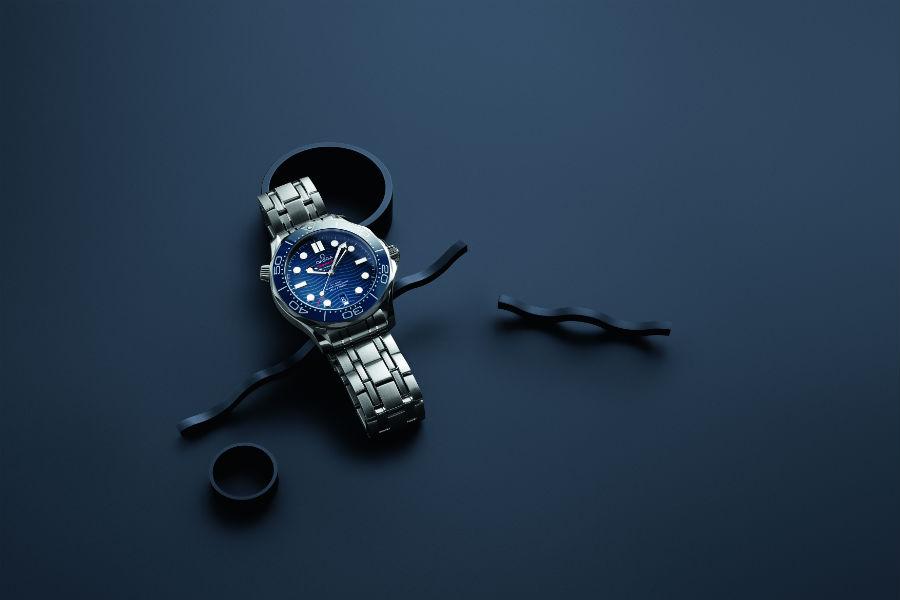 Omega Seamaster Diver 300M – una delle referenze. L'orologio è disponibile nelle varianti con cinturino integrato in gomma nero o blu oppure con bracciale in metallo rivisitato nel suo design per risultare più ergonomico ed integrato alla cassa. L'entry price della collezione per il modello in acciaio con cinturino in caucciù è di 4.500€.