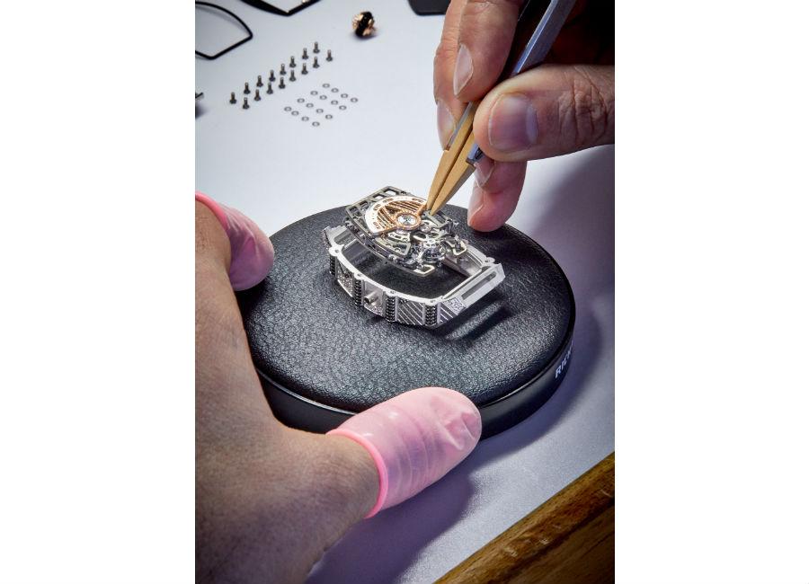 """Nell'immagine il momento del """"marriage"""" ovvero dell'unione tra cassa e movimento dell'orologio Richard Mille RM 71-01 Tourbillon automatico Talisman. L'assemblaggio è completamente realizzato in casa da Richard Mille a La Chaux-de-Fonds presso la Valgine, di proprietà della marca."""
