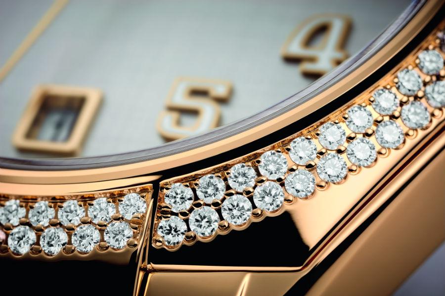 Un dettaglio che mette in evidenza la particolare incastonatura alternata dei 160 diamanti allineati a doppio giro lungo la lunetta del Patek Philippe Twenty~4 Automatic.
