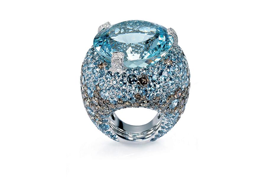 Pisa Orologeria - il Salone dei Gioielli. Nell'immagine: de GRISOGONO - Collezione Melody of Colours - Anello in oro bianco con una acquamarina taglio rotondo (35,60 ct), 295 acquamarine (8,85 ct), 174 diamanti marroni (10,61 ct), 36 diamanti (0,19 ct)