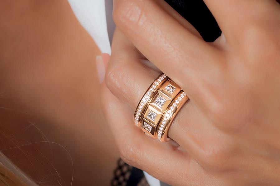 Pisa Orologeria - il Salone dei Gioielli. Nell'immagine: Tamara Comolli - Curriculum Vitae – Anello in oro rosa con diamanti taglio princess ( per un totale di 3,12 carati) e pavé di brillanti (1 carato).