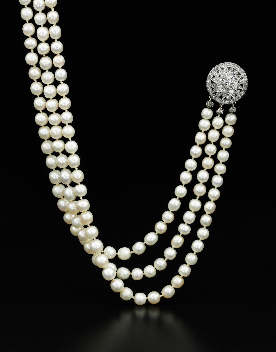 Royal Jewels from the Bourbon Parma Family - Sotheby's - nell'immagine: Una splendida collana a tre fili con perle della collezione personale della regina ha dimostrato un'intensa offerta, raggiungendo un prezzo finale di $ 2,278,499.