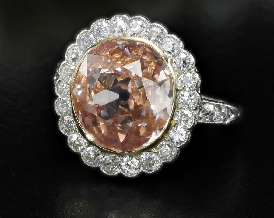 Royal Jewels from the Bourbon Parma Family - Sotheby's - nell'immagine: L'anello di diamanti con un diamante centrale Fancy Orangy Pink di 2,44 carati è salito sopra la stima per raggiungere i 574,837 dollari.