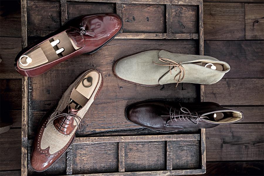Alcuni modelli di scarpe su misura dell'atelier di Saskia Wittmer ©Laila Pozzo: stivaletti, mocassini e francesine bicolore. Il profumo del cuoio e la bellezza delle linee si percepiscono anche a occhi chiusi. Ogni pezzo è unico e dal gusto raffinato.