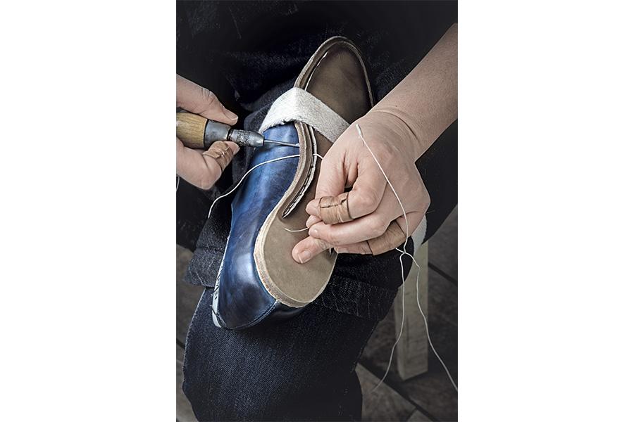 Scarpa su misura di Saskia Wittmer - ©Laila Pozzo: Energia e forza fisica sono un elemento imprescindibile del lavoro del calzolaio: una volta incollata la suola, viene cucita lungo il canale che si è creato durante la lavorazione.