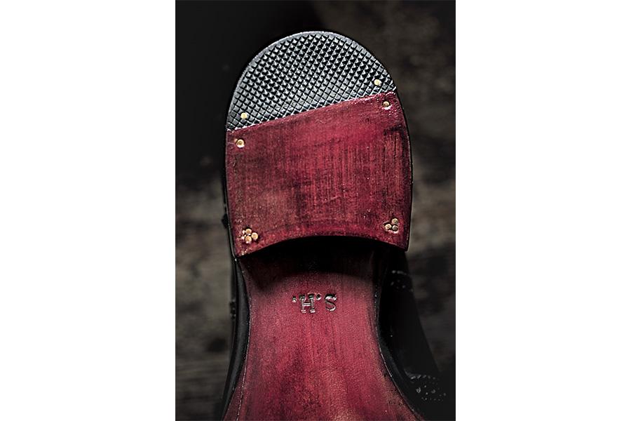 Scarpa su misura di Saskia Wittmer - ©Laila Pozzo: Perfettamente aderenti al piede di chi le indossa, le scarpe di Saskia Wittmer sono l'emblema della personalizzazione su misura: si vedano le suole, tutte marchiate con le iniziali del fortunato proprietario.