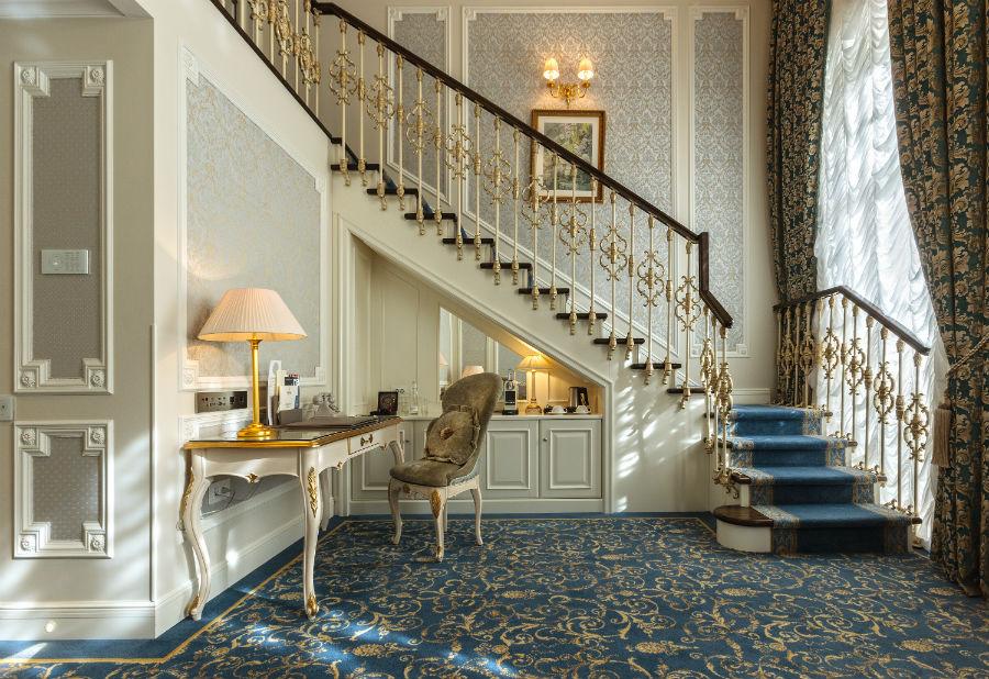 State Hermitage Museum Official Hotel, tra eccellenza e tradizione a San Pietroburgo: un salottino della Suite