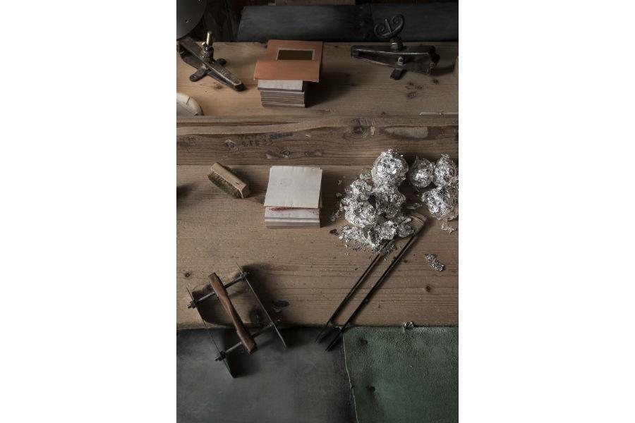 Banco di lavoro del battiloro per il taglio finale della foglia d'oro, prima del confezionamento. La foglia d'oro viene spostata sul banco, dove viene tagliata con un apposito strumento, in un quadrato perfetto, solitamente di 13 x 13 cm. Photo Credits © Laila Pozzo