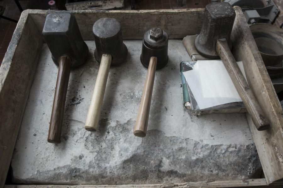 Nell'immagine, diversi tipi di martello: Il battiloro può utilizzare diversi tipi di martello, di diverso peso, che variano dai 3 agli 8 chilogrammi. Con la battitura a mano l'oro mantiene intatte tutte le sue caratteristiche. Photo Credits © Laila Pozzo