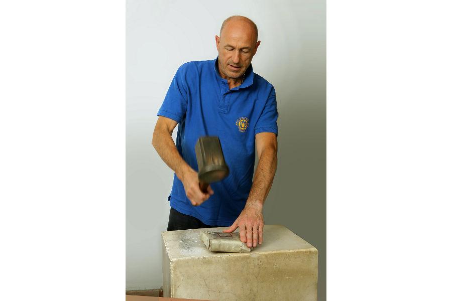 Ritratto del battiloro Marino Menegazzo mentre batte l'oro (Daniele Rosin)