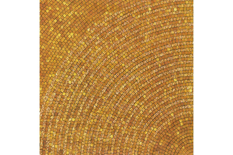 Particolare di un mosaico. Ogni tessera utilizza la foglia d'oro che, proprio per le dimensioni e le specifiche tecniche, deve essere sottilissima. La battitura manuale non intacca l'atomo dell'oro, che rimane invariato e per questo la foglia risulta molto setosa e malleabile.