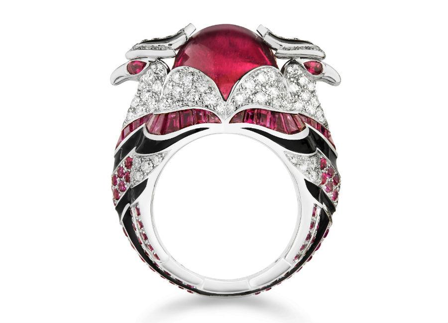 Boucheron – Chinha – Anello in oro bianco, una rubellite taglio cabochon, rubini, onice e diamanti. Chinha rappresenta uno dei più recenti animaletti entrati nel bestiario di Boucheron. A forma di aquila ricorda il simbolo della città di Jodhpur, molto cara alla Maison.