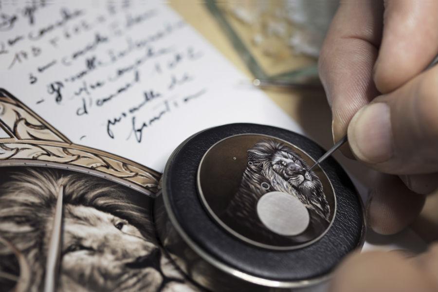 Una fase della realizzazione di uno dei 5 esemplari unici della serie Les Cabinotiers Mécaniques Sauvages. Prendendo spunto da un bozzetto altamente dettagliato, l'artigiano specializzato in pittura miniata riproduce il quadrante. Un'opera d'arte in pièce unique