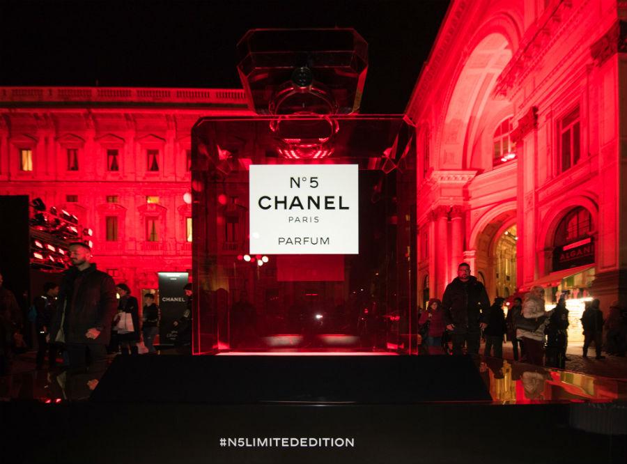 L'iconico Chanel N°5 vestito di rosso per la limited edition natalizia - Credits @Chanel