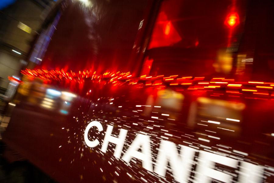Un dettaglio dell''iconico Chanel N°5 vestito di rosso per la limited edition natalizia - Credits @Chanel