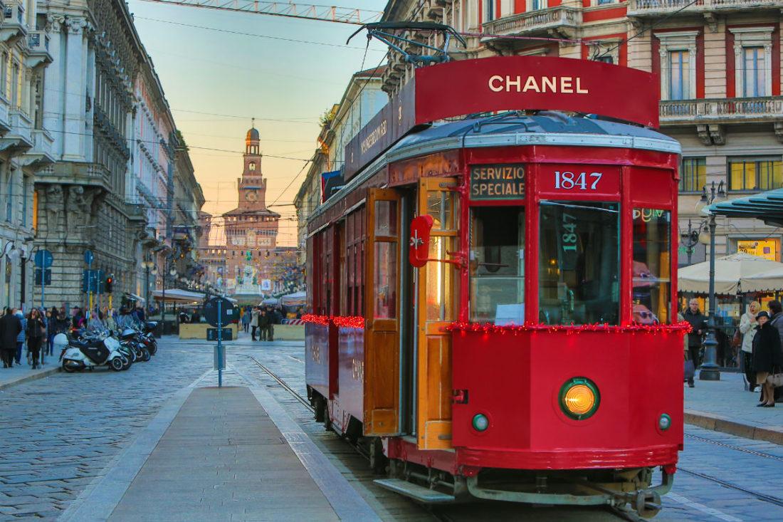 Il tram milanese vestito di rosso in omaggio alla limited edition del profumo Chanel N°5
