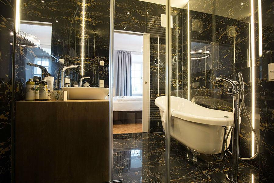 Bagno in marmo della Suite dell' Hotel Schloss Leopoldskron e bagno in marmo – Credits Hotel Schloss Leopoldskron