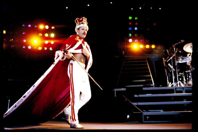 L'icona di stile Freddie Mercury sul palco con uno dei suoi eccentrici look