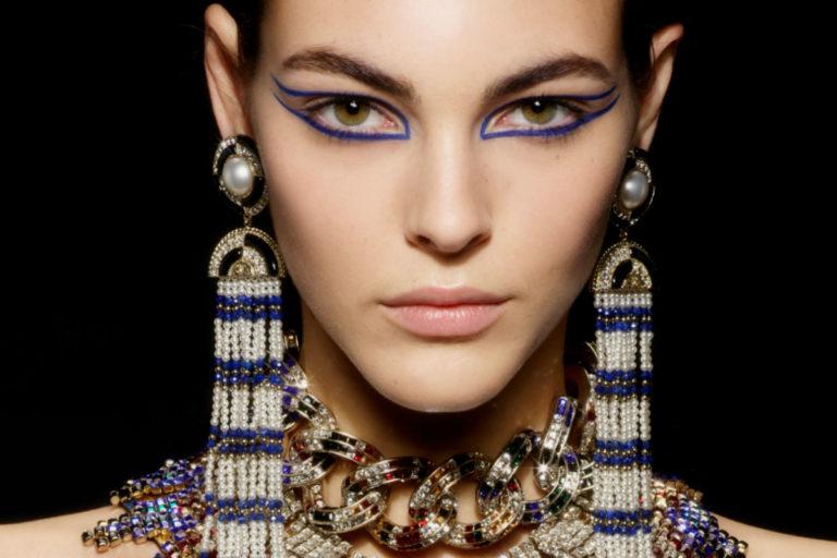 Métiers d'Art di Chanel: una modella durante la sfilata al Met di New York
