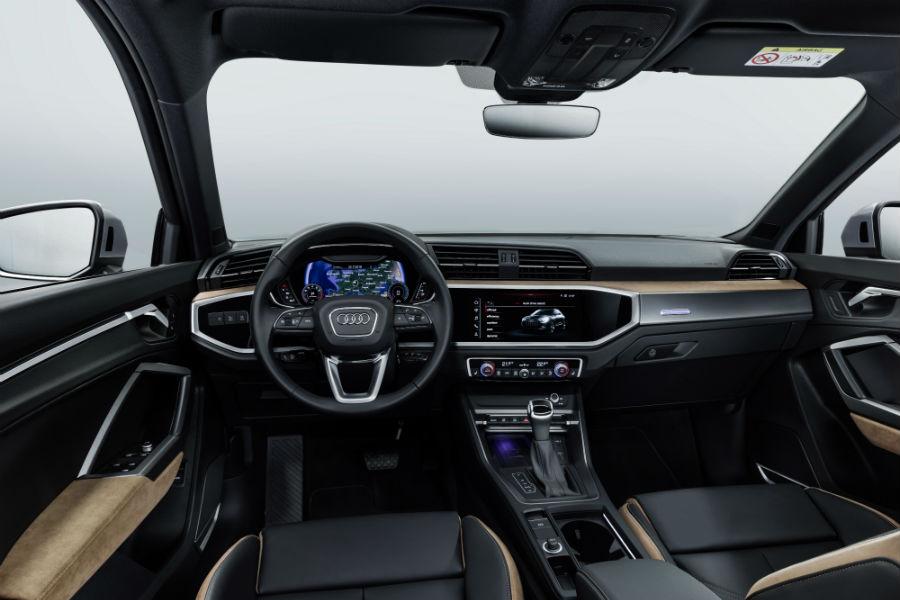 Un'immagine dell'interno della Nuova Audi Q3: Al centro della plancia è presente il display MMI touch con diagonale da 8,8 pollici