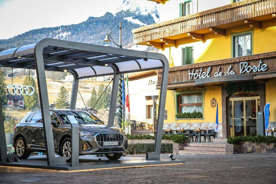 Audi Q3 nell'elegante colore Grigio Chronos davanti al rinomato Hotel la Poste