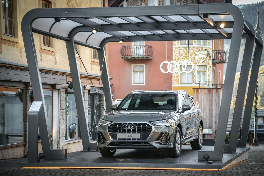 Audi Q3 nell'elegante colore Grigio Chronos nel centro di Cortina d'Ampezzo