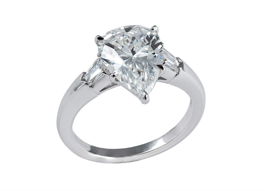 Pisa Diamanti – Anello con un diamante taglio a goccia e due diamanti tagli baguette.