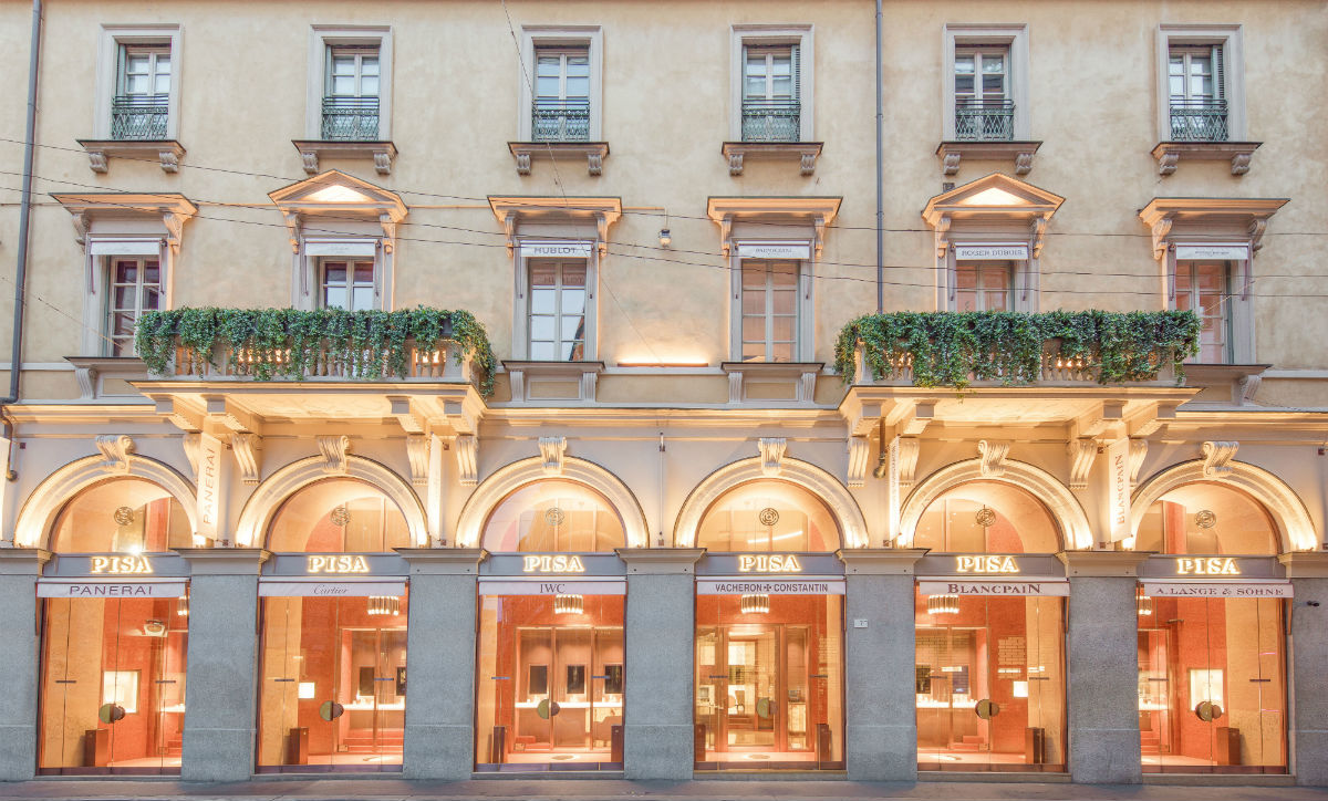 Le vetrine di Pisa Orologeria Milano. All'interno della boutique è disponibile il nuovo brand Pisa Diamanti