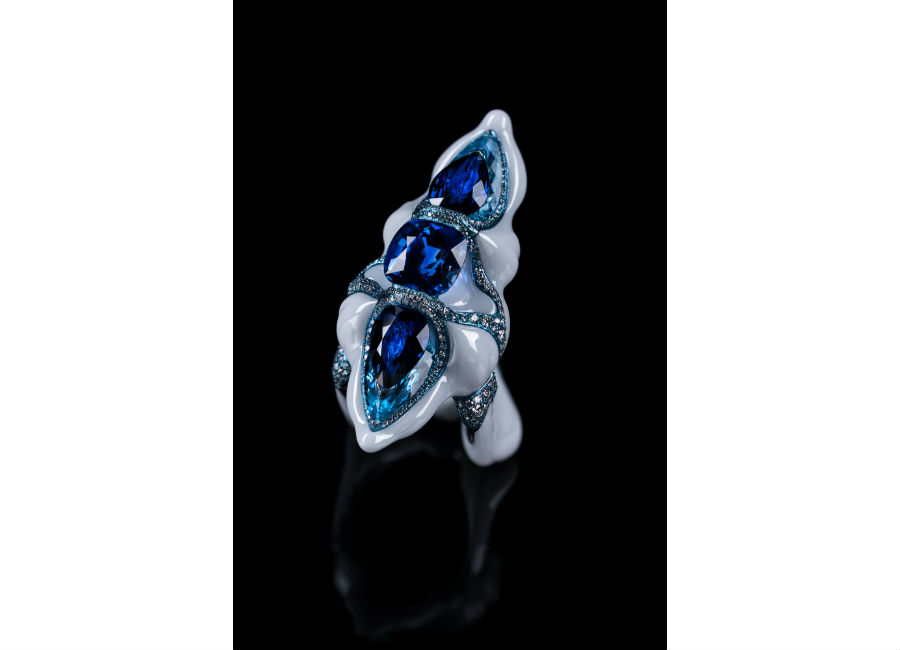 Gioielli in porcellana: Wallace Chan – A new generation – Anello in titanio e porcellana con zaffiri blu (6,303 ct, 3,24 ct e 3,17 ct), acquamarina, diamanti e zaffiri.