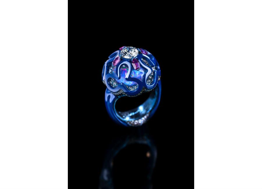 Gioielli in porcellana: Wallace Chan - Dream Planet – Anello in titanio e porcellana con diamante, cristalli, lapislazzuli, opale, zaffiri rosa.