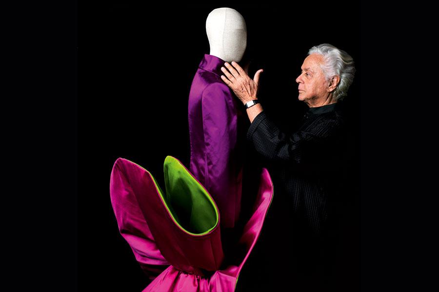 """Roberto Capucci e l'abito scultura """"Cerchio in raso"""", Firenze 2007 - Courtesy - Archivio Fondazione Capucci / Claudia Primangeli"""