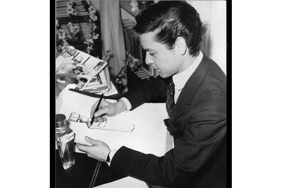 Courtesy - Archivio Fondazione Capucci Roberto Capucci mentre disegna il flacone per una delle sue fragranze, Parigi 1965