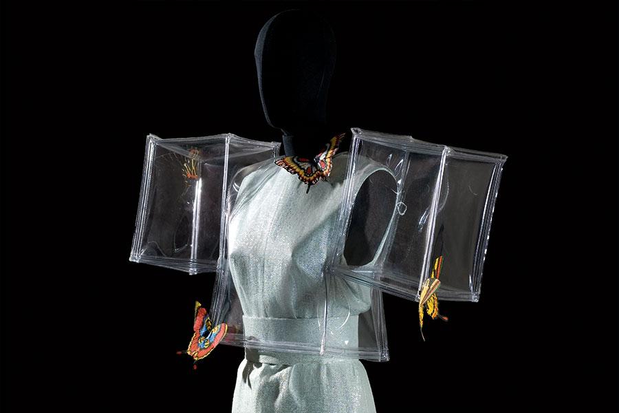 Courtesy - Archivio Fondazione Capucci / Claudia Primangeli Roberto Capucci, abito a scatola in plastica e organza, Parigi 1966