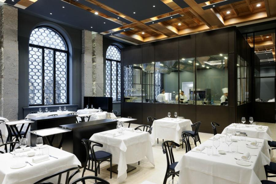 Voce Milano, il nuovo ristorante di Aimo e Nadia in Gallerie d'italia, in Piazza della Scala: nell'immagine uno scorcio della sala ristorante con cucina a vista