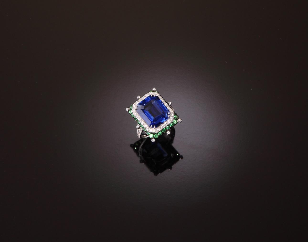 Anello gotico con zaffiro taglio smeraldo, brillanti e zavoriti