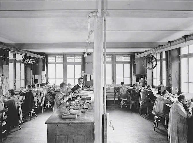 Audemars Piguet – Il laboratorio di assemblaggio nella Manifattura nell'anno 1923.
