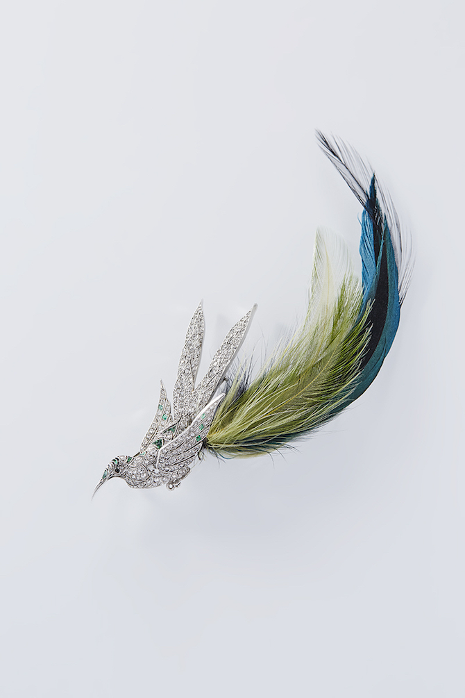 Bird_brooch,_Diamonds,_emeralds_and_onyx_beads,_green_feathers,_platinum_Private_collection_Photo__Benjamin_Chelly