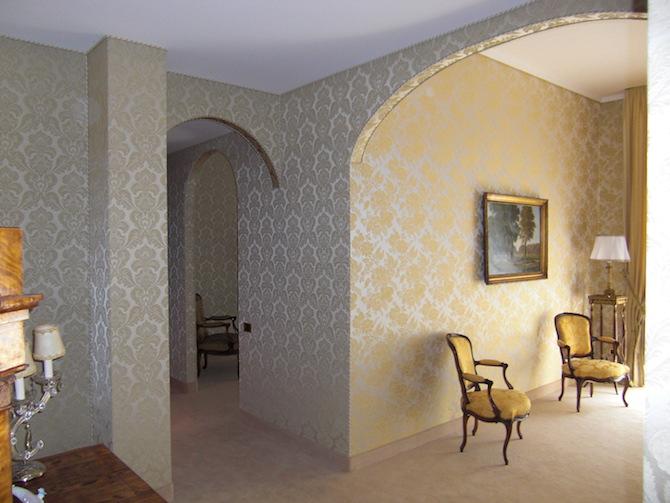L'interno di un'abitazione con tappezzeria tesata in lampasso a rapporto, curata e realizzata dal Maestro Virzi, nelle tonalità lucenti del giallo dorato. Courtesy Pietro Virzi