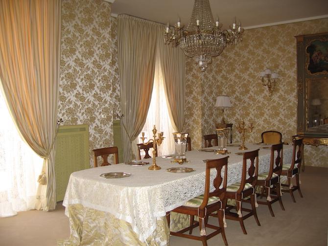 Sontuosa sala da pranzo interamente arredata in prezioso lampasso di seta, liscio e operato, nelle nuances del giallo oro. Courtesy Pietro Virzi