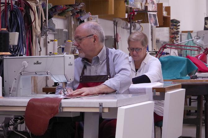 Il maestro Pietro Virzi alla macchina da cucire nel suo atelier Vimas di Milano insieme al suo staff: oltre trent'anni di fedeltà alla tradizione e grande tecnica esecutiva. Courtesy Pietro Virzi