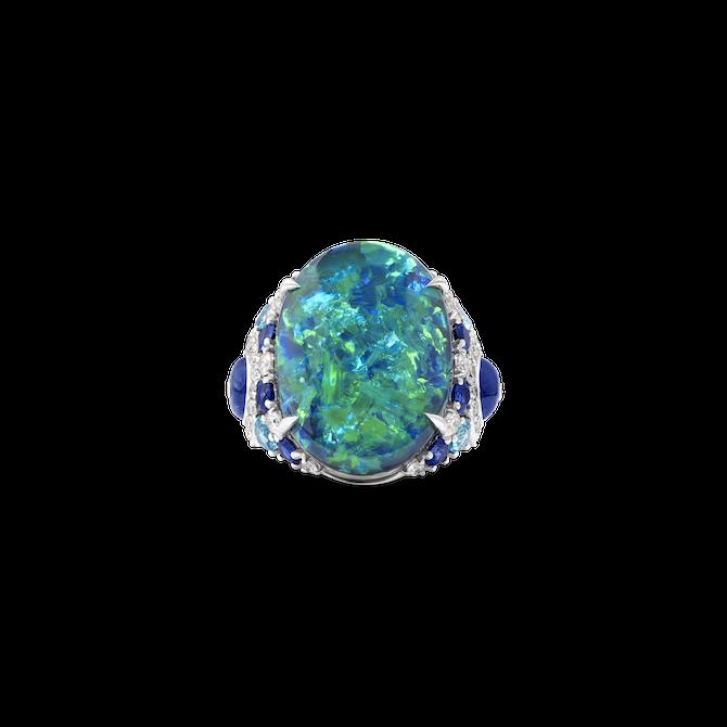 Anello in oro bianco con un opale di 20,48 carati, tormalina paraiba, zaffiri blu e diamanti.