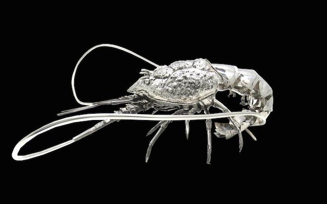 Aragosta in argento caratterizzata dal sinuoso gioco di curve conferito dal movimento delle antenne.