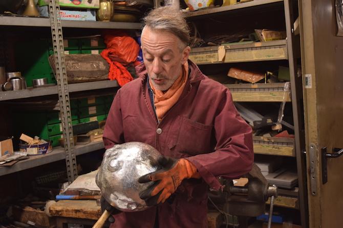 Il Maestro Foglia all'interno del suo laboratorio, alle prese con la lavorazione del Pesce Palla porta caviale in argento.