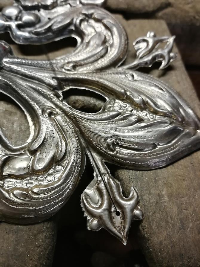Un dettaglio della corona realizzata dal Maestro per la sfilata di Miss Legnaia. La corona, in argento, è stata lavorata secondo l'antica tecnica del traforo.