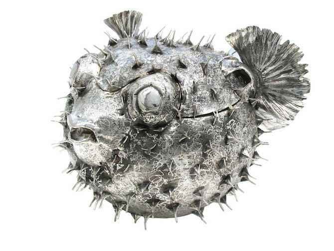 Il Pesce Palla porta caviale, in argento, caratterizzato dalla grande quantità di aculei lucenti e dalla minuziosa lavorazione con cui è stata arricchita la pinna caudale.