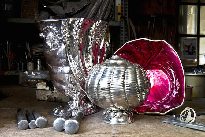 Un insieme di vasi di diverse dimensioni realizzati dal Maestro Foglia in argento, uno dei quali smaltato all'interno di rosso rubino.