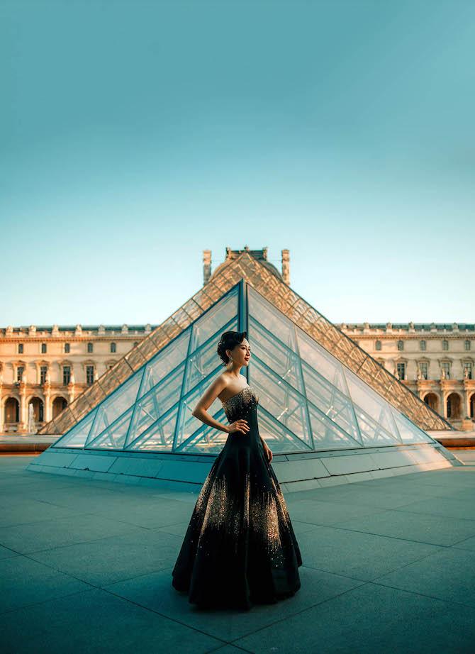 La designer Anna Hu ritratta davanti al Museo del Louvre di Parigi.